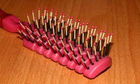 Hairbrush with ball-dipping
