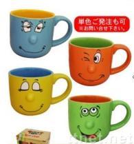 Lächeln-Gesichts-keramische Becher
