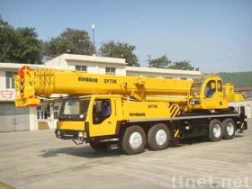 クレーン70トンのトラック