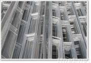 網を補強するレンガ壁