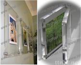 壁に取り付けられたアクリルの写真フレーム