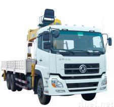 De Kraan van de vrachtwagen